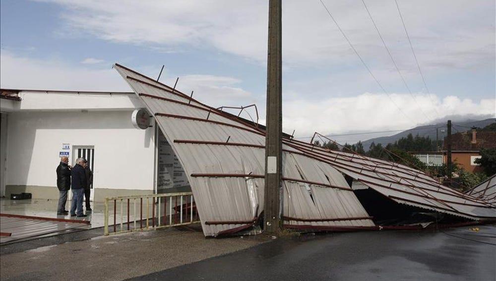 El fuerte viento ha levantado los tejados de varias naves en el lugar de Carracido