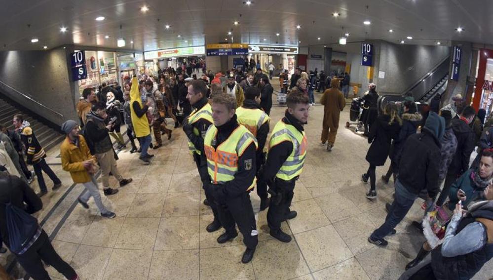 Agentes de policía vigilan la estación ferroviaria de Colonia, Alemania