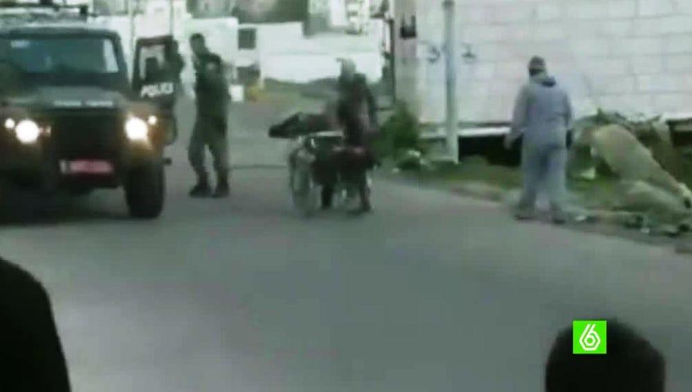 Un soldado israelí agrede a un palestino discapacitado