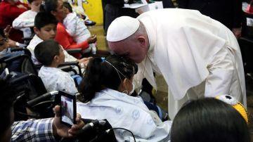El papa Francisco, durante su visita a un hospital infantil en México