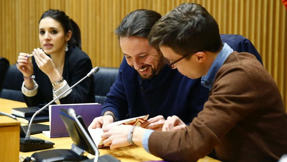 Pablo Iglesias conversa con el portavoz en el Congreso, Íñigo Errejón