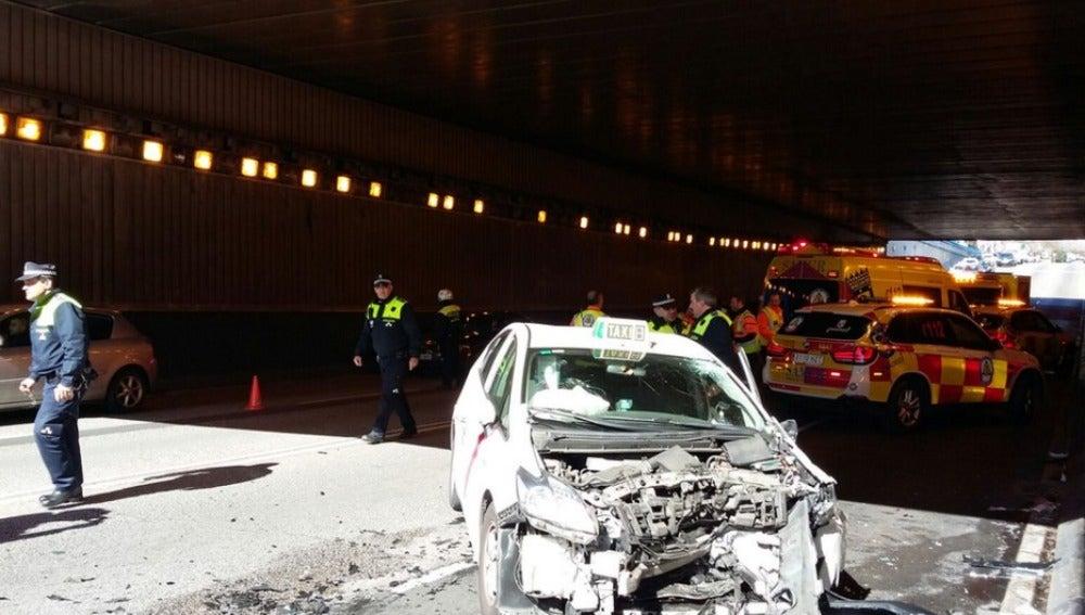 Imagen del taxi tras el choque frontal