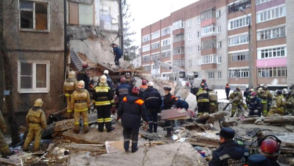 Miembros de los servicios de rescate retiran escombros del lugar