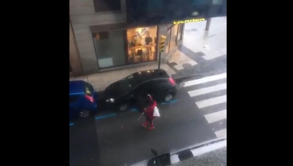 Vecinos de Gijón luchando contra el viento