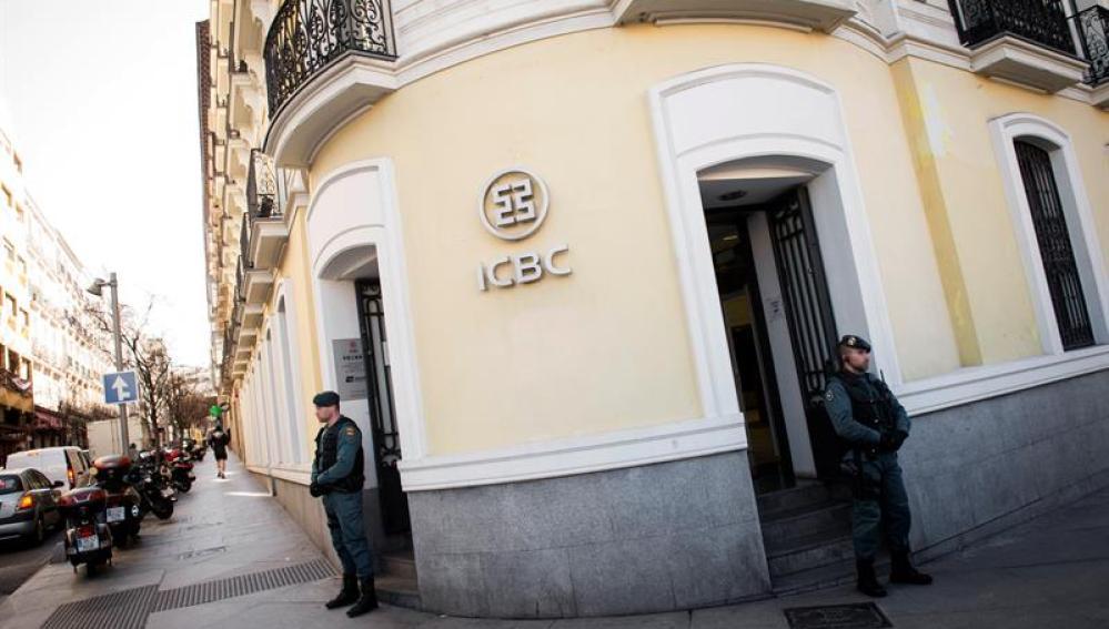 Las entradas de la sede del banco chino ICBC
