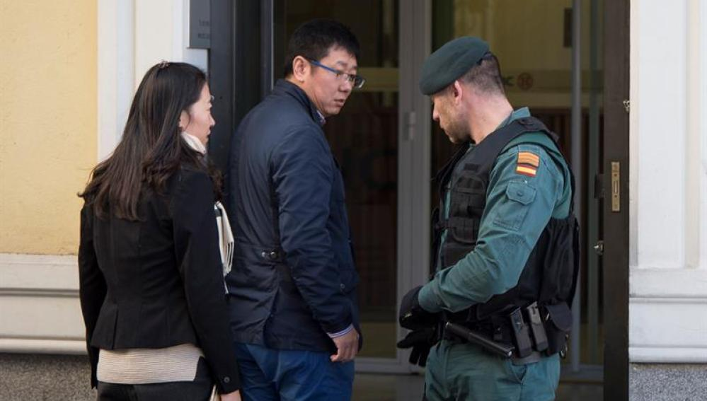 Un agente de la Guardia Civil controla la entrada a la sede del banco chino ICBC