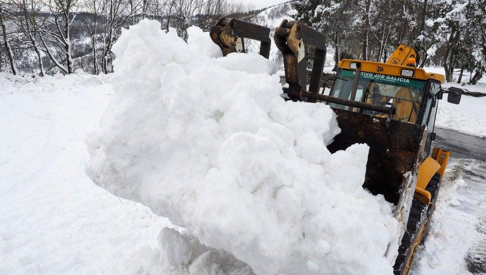 Una pala retira la nieve acumulada