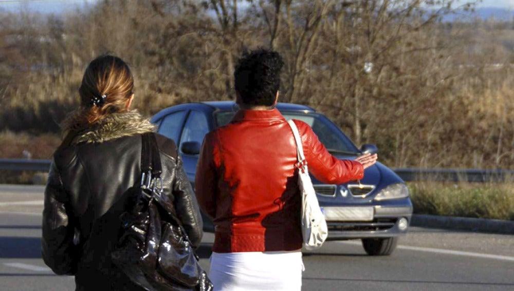 Imagen de dos mujeres en la carretera