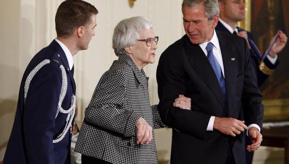 La escritora estadounidense Harper Lee recibiendo la a Medalla Presidencial de la Libertad