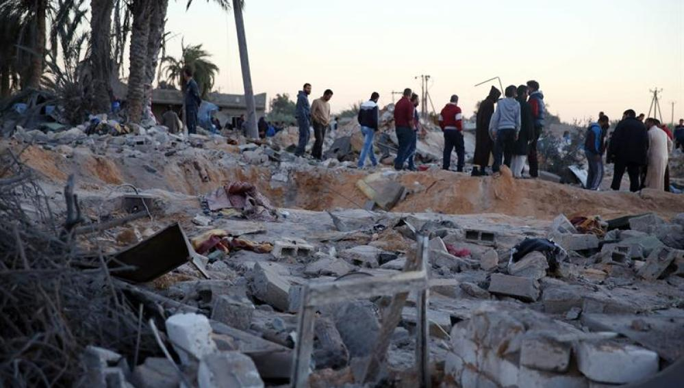 Escombros en el lugar del bombardeo estadounidense en Libia