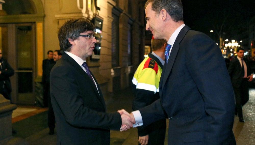 El rey Felipe, con Carles Puigdemont en el Mobile World Congress