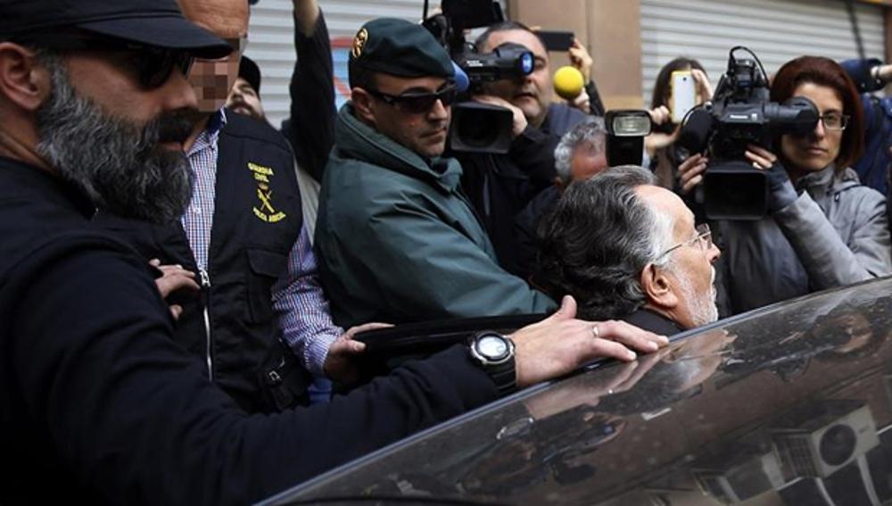 Alfonso Grau entra en un vehículo de la Guardia Civil tras ser detenido