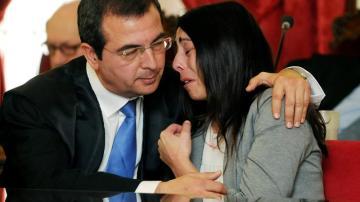 Raquel Gago junto a su abogado tras conocer el dictamen del juez