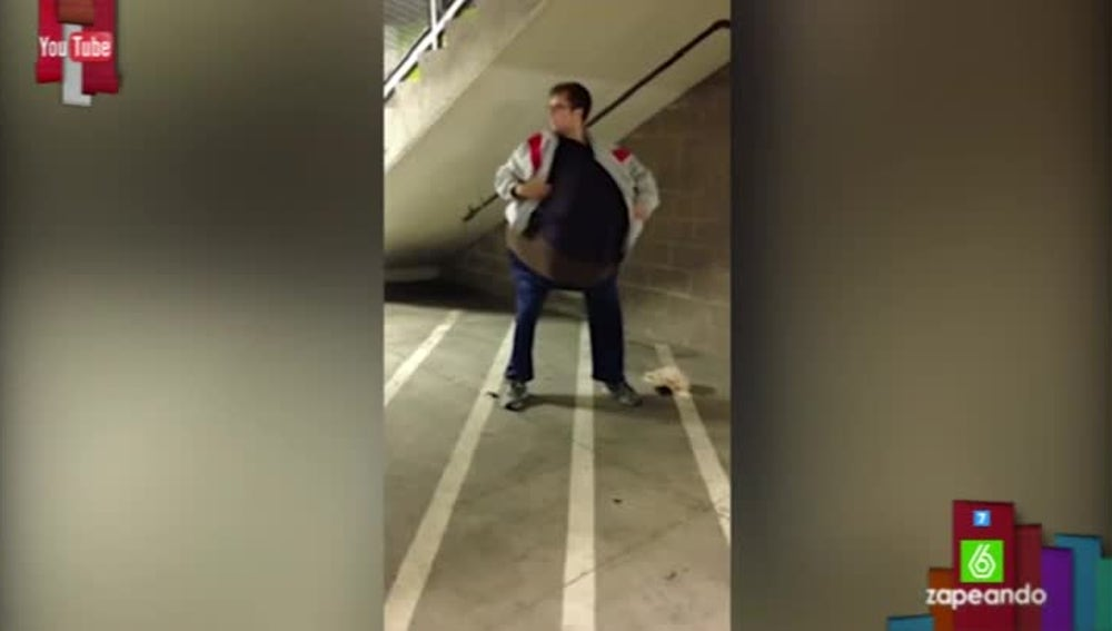 Un joven finge ser obeso para colar a su amigo en el cine