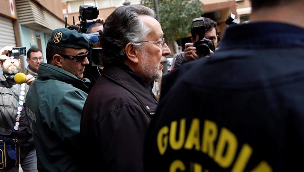 Alfonso Grau con agentes de la Guardia Civil tras su detención
