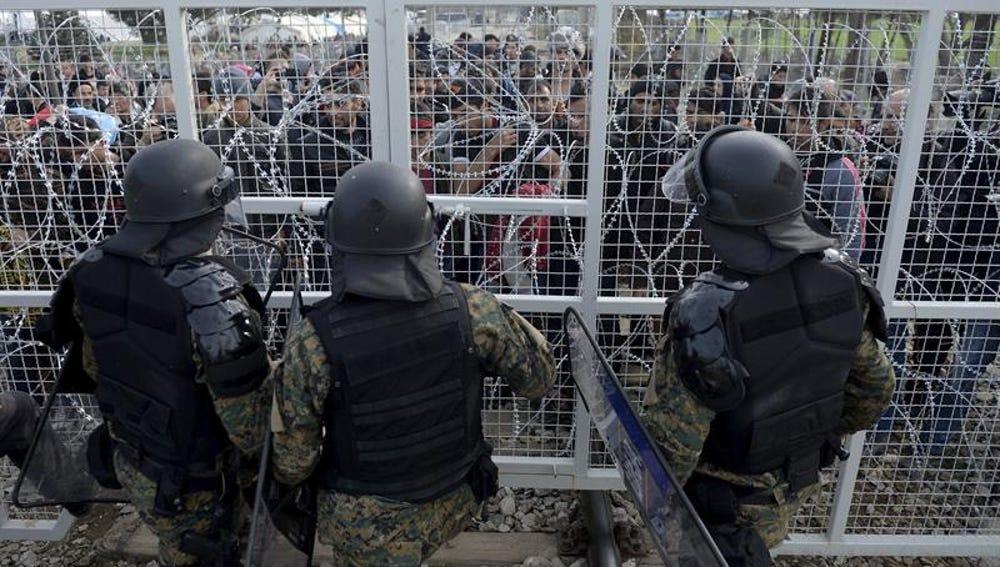 Militares vigilan en la frontera de Grecia y Macedonia