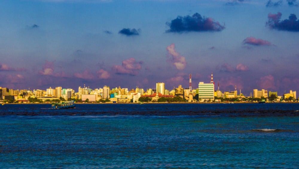 Vista de la perspectiva de una ciudad con el mar delante