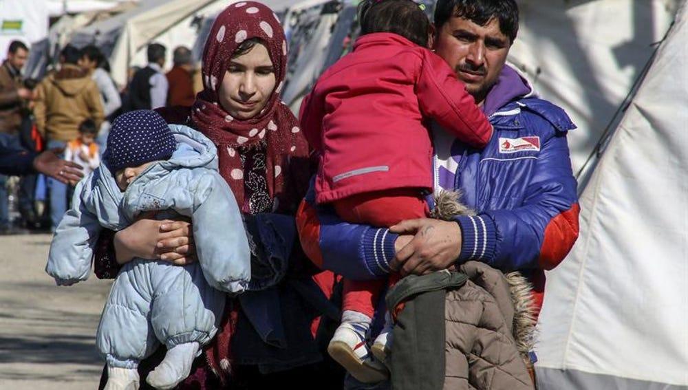 Una familia de refugiados, en el campamento de Idomeni, en la frontera entre Grecia y Macedonia