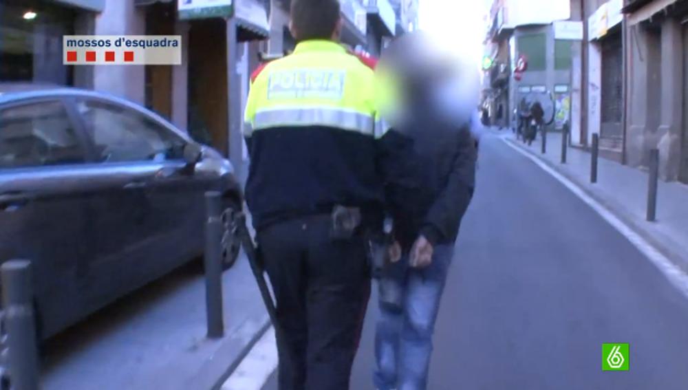 Mossos d'Esquadra deteniendo a uno de los miembros de la banda de atracadores