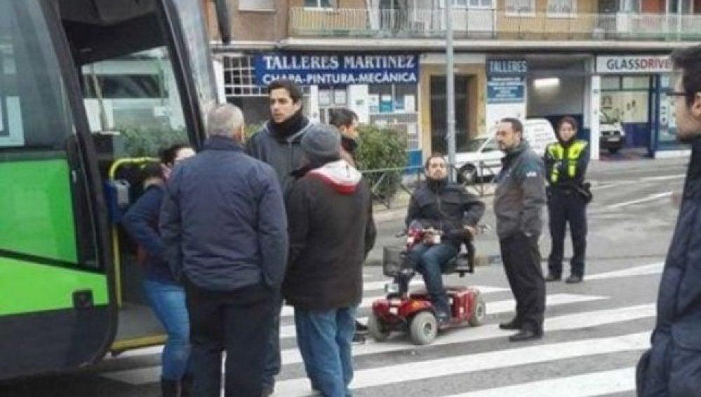 'El langui' bloquea un autobús
