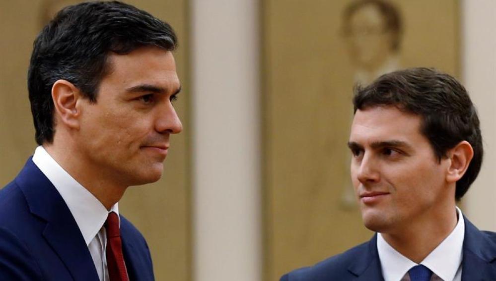 Pedro Sánchez y Albert Rivera tras la firma de su acuerdo