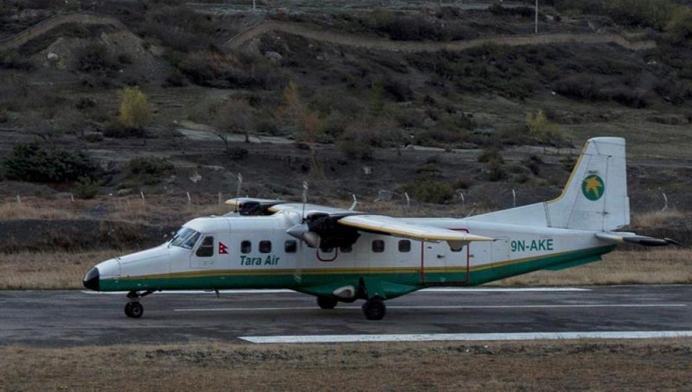 Una avioneta aterriza en un aeropuerto de Nepal