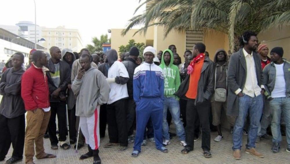 Inmigrantes en las inmediaciones del CETI de Melilla