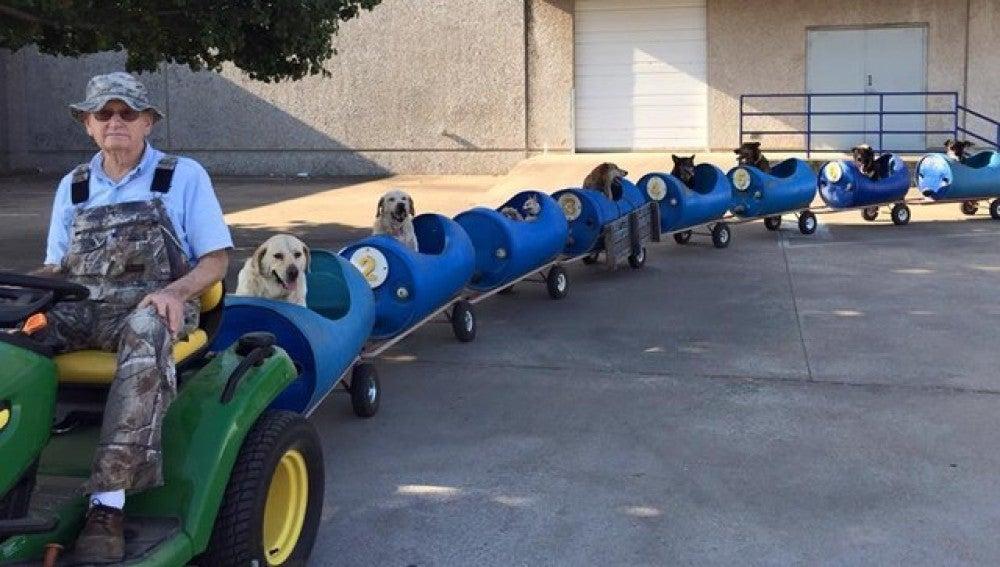 Eugene Bostick, con su tren para para pasear perros abandonados