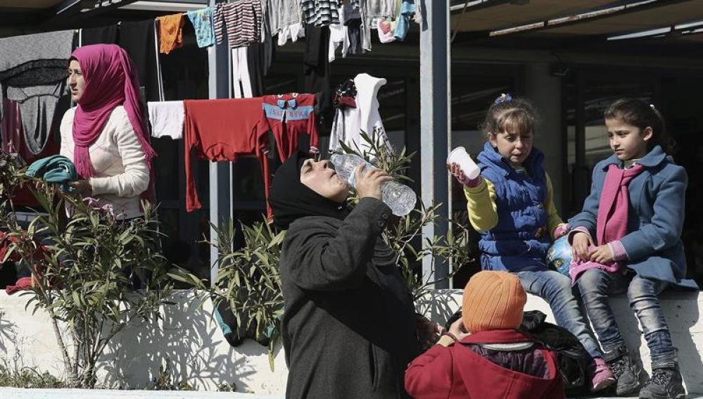 Refugiados e inmigrantes en la plaza de Viktoria, en el centro de Atenas