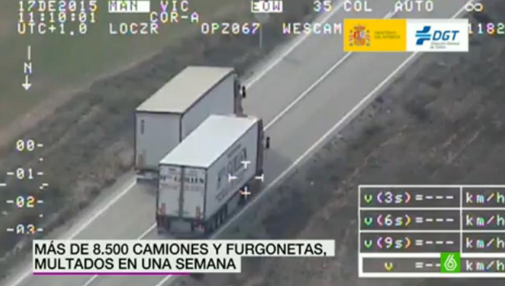 Un camión adelantando a otro con línea continua