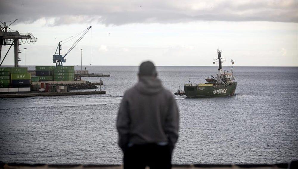 El buque Arctic Sunrise de Greenpeace zarpa rumbo a Valencia desde el puerto de Arrecife (Lanzarote).