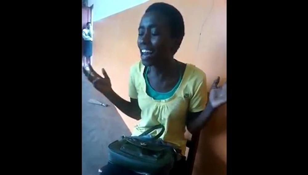 Imagen de la chica africana cantando 'Halo'