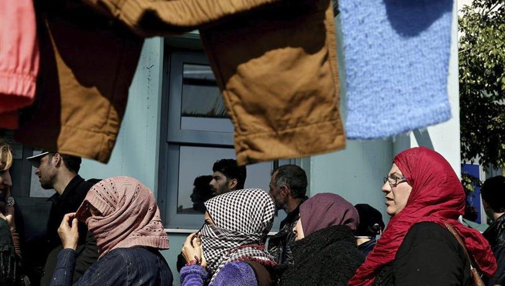 Refugiados e inmigrantes desembarcan en el puerto de Pireo en Atenas (Grecia)