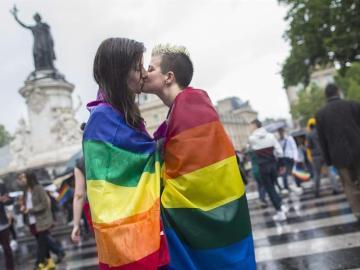 Dos mujeres se besan durante una manifestación por los derechos homosexuales