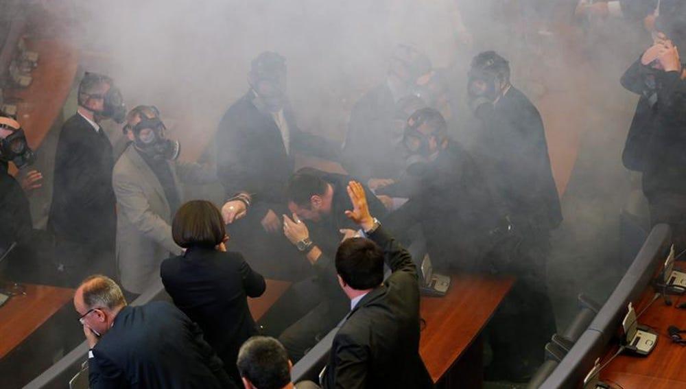 Momento del lanzamiento de gas lacrimógeno