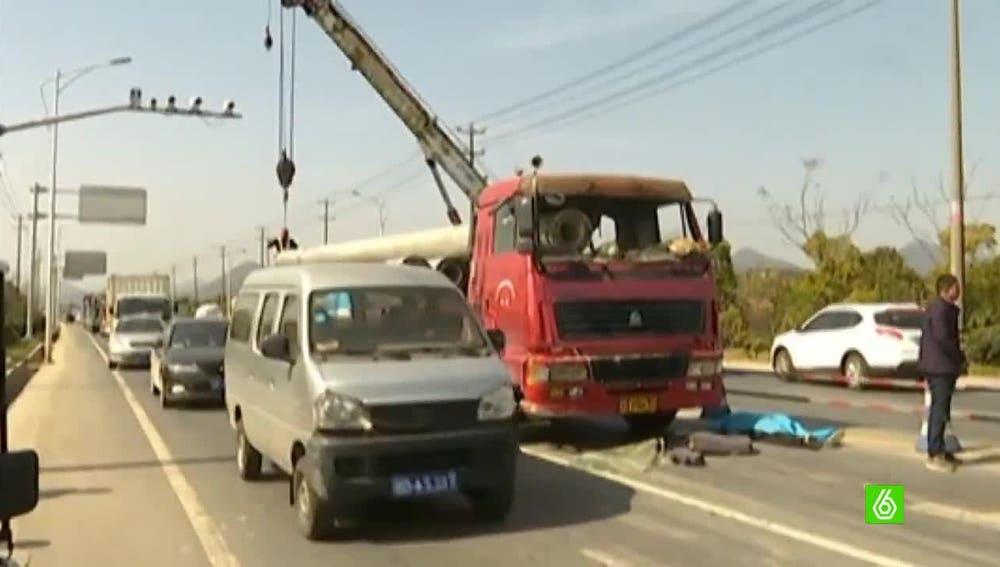 Camión accidentado por los tubos que transportaba