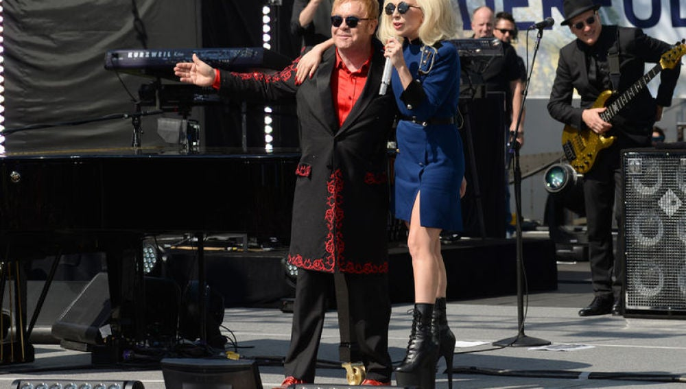 Elton John y Lady Gaga en el concierto sorpresa