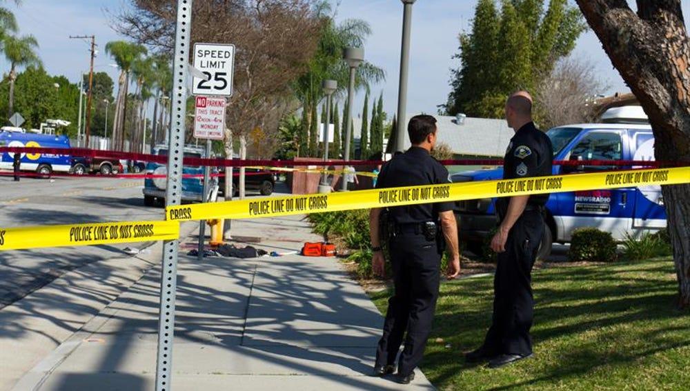 Oficiales de la Policía de Anaheim investigan la escena del choque