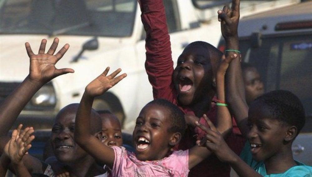 Varios niños en Uganda duante un acto electoral