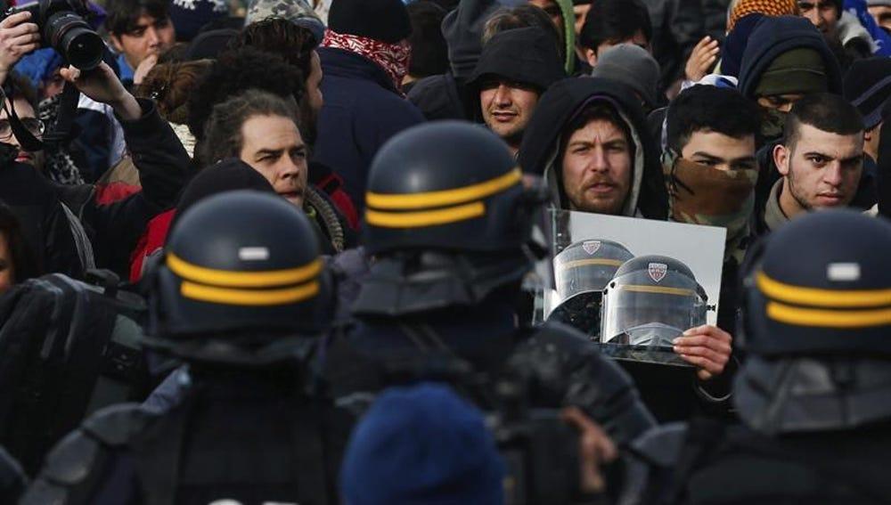 Policías antidisturbios en el campamento de Calais