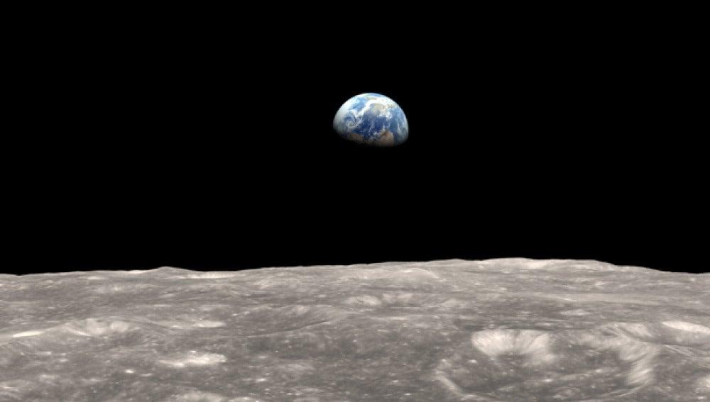 Recreación de la superficie lunar con la tierra al fondo