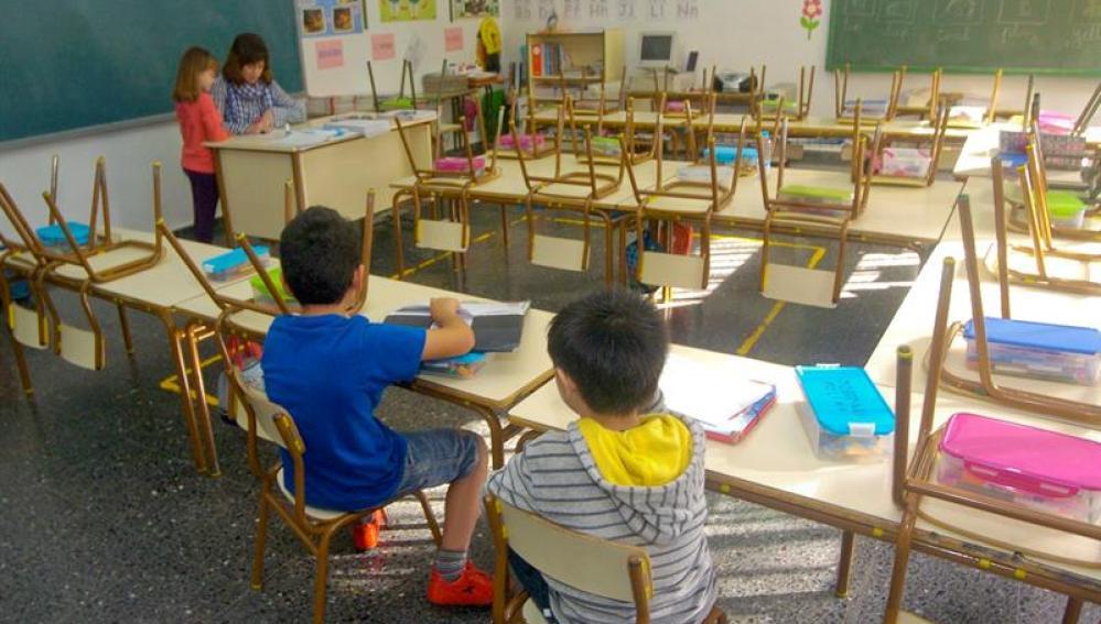 Vista general de unos niños en el colegio