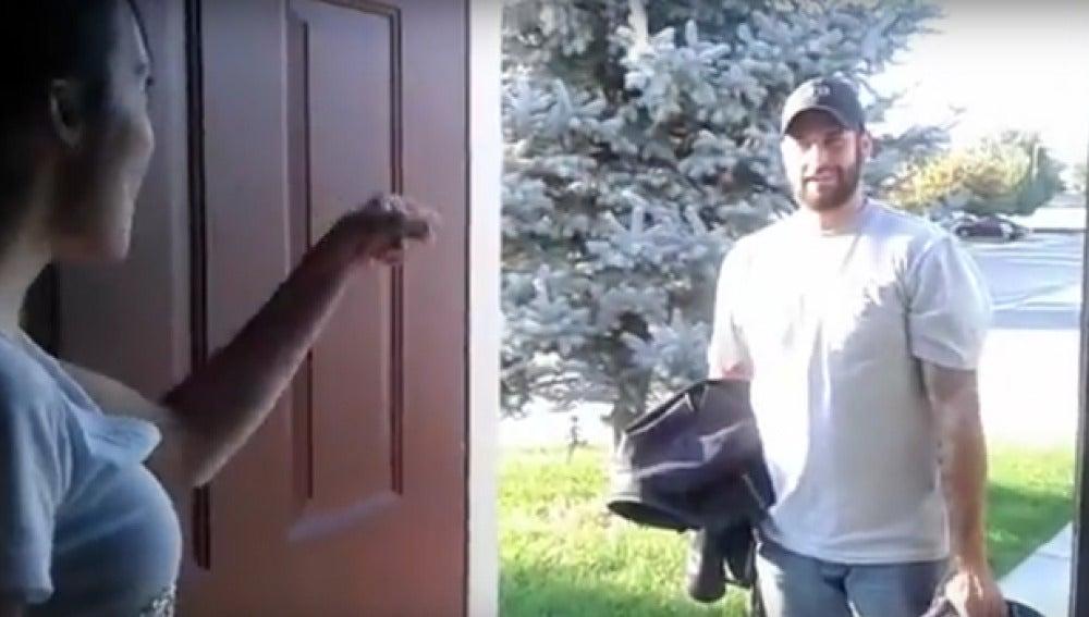 Momento en el que marido llega a la casa de la amiga de su mujer