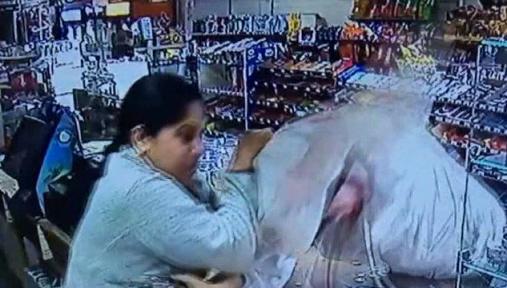 Imagen del momento en el que la cajera golpe al ladrón