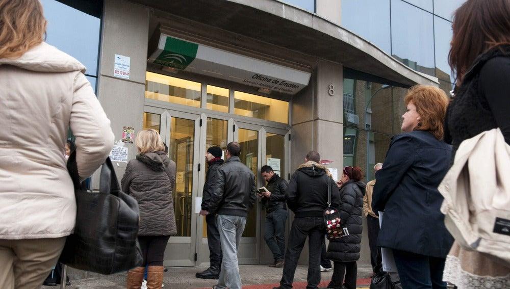 Numerosas personas esperan a las puertas de una oficina de empleo