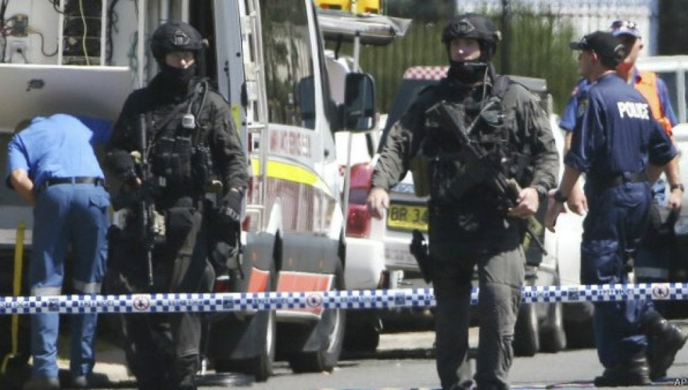 Varios policías durante el tiroteo en Sidney