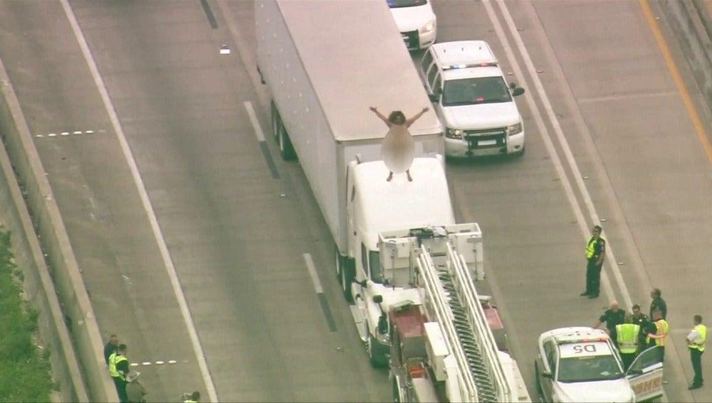 Una mujer sube desnuda al techo de su camión