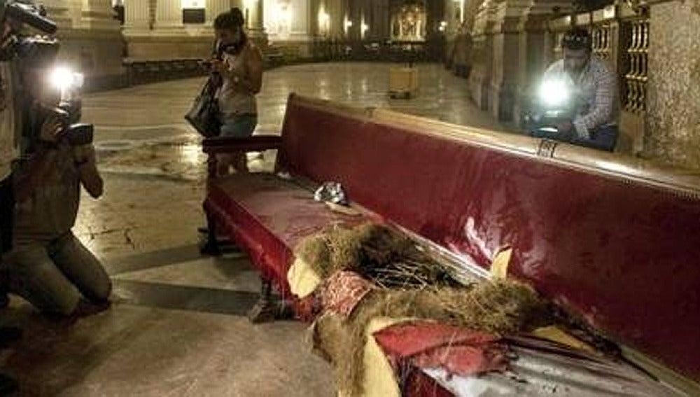 Un banco de la basílica de El Pilar tras la explosión del artefacto