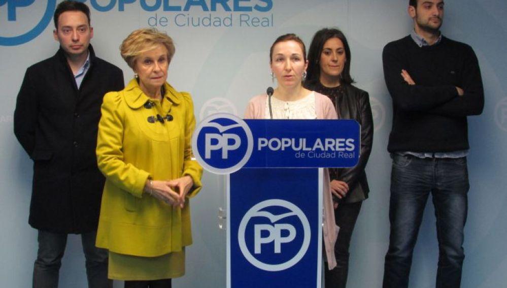 Alejandra Rodríguez acompañada de Carmen Quintanilla y concejales