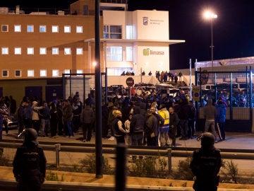 Trabajadores de la empresa mixta de limpieza Limasa concentrados a las puertas de las instalaciones de dicha empresa, en Málaga, con motivo de la huelga de basura que llevan a cabo
